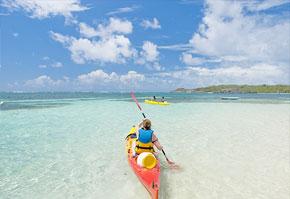 Un kayak dans les eaux paradisiaques de la Martinique