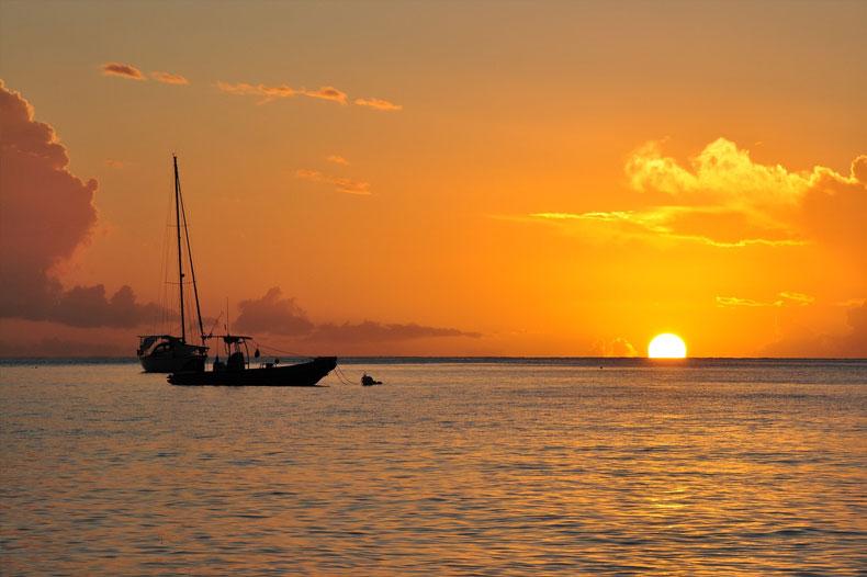 Coucher de soleil en Guadeloupe avec un voilier