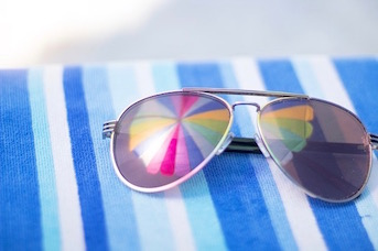 Lunettes de soleil et parasol pour se protéger du soleil en Guadeloupe