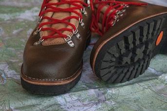Carte et paire de chaussures de marche