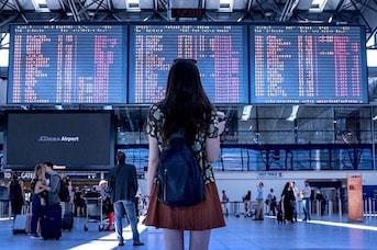 Femme dans un aéroport qui va prendre son vol à destination de la Guadeloupe