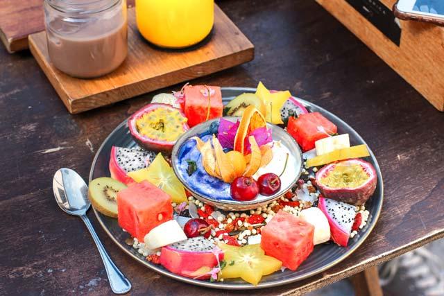Assiette de fruits en dessert