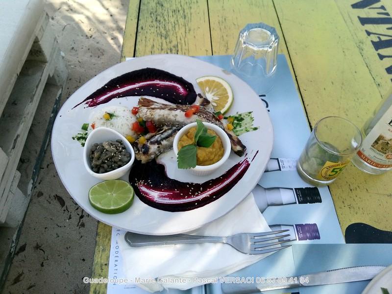 Poisson grillé sur une table à Marie Galante